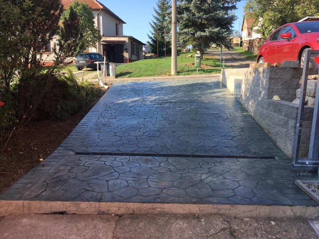 Vjezd z raženého betonu