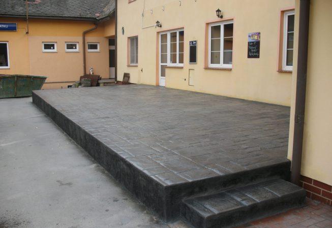 Terasa a schody z raženého betoni