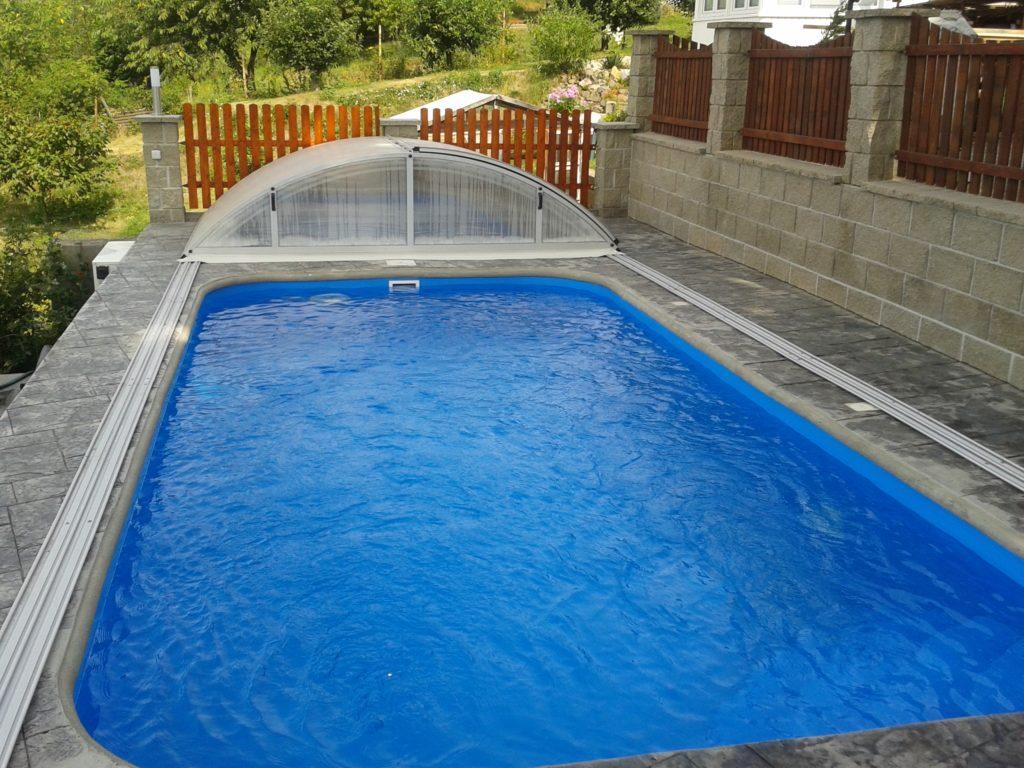 razeny-beton-sedy-okoli-bazenu