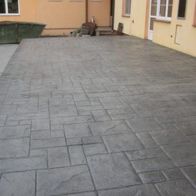 razeny-beton-sedy-terasa