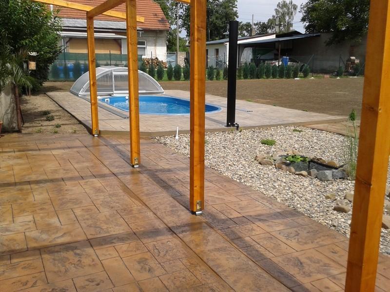 razeny-beton-hnedy-terasa
