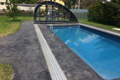 ražený beton okolo bazénu, šedá barva